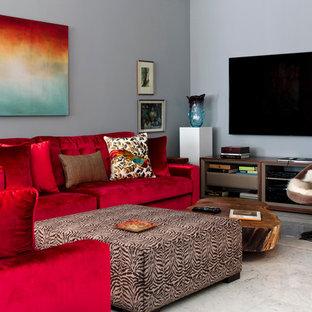 Esempio di un soggiorno minimal con pareti grigie, pavimento in marmo e TV a parete
