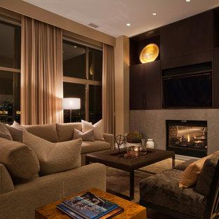 Aménagement d'une salle de séjour contemporaine avec un mur beige, un sol en bois foncé, une cheminée double-face, un téléviseur encastré et un sol beige.