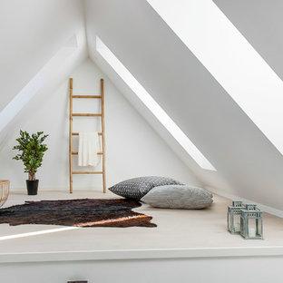 Cette image montre une salle de séjour nordique de taille moyenne et ouverte avec un mur blanc et un sol en bois clair.