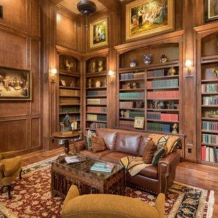 ヒューストンのヴィクトリアン調のおしゃれな独立型ファミリールーム (ライブラリー、茶色い壁、濃色無垢フローリング、テレビなし、茶色い床) の写真