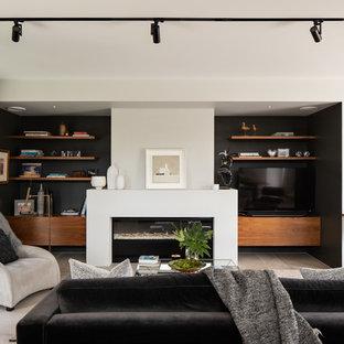 Modelo de sala de estar abierta, contemporánea, con paredes negras, chimenea lineal, pared multimedia y suelo gris