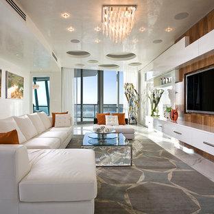 マイアミの広いコンテンポラリースタイルのおしゃれなオープンリビング (ベージュの壁、カーペット敷き、埋込式メディアウォール、白い床) の写真