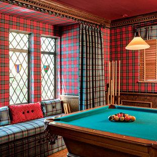 Foto di un soggiorno chic di medie dimensioni e aperto con sala giochi, pareti multicolore e pavimento in legno massello medio