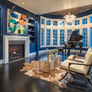 Aménagement d'une salle de séjour classique avec une salle de musique, un mur bleu, un sol en bois foncé, une cheminée standard et un sol marron.