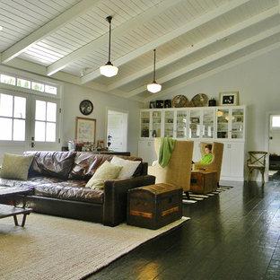 Immagine di un soggiorno country aperto con parquet scuro