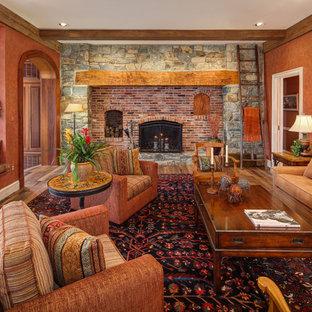 ワシントンD.C.のトラディショナルスタイルのおしゃれなファミリールーム (茶色い壁、無垢フローリング、標準型暖炉、レンガの暖炉まわり) の写真