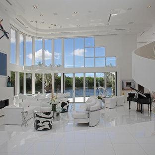 Foto di un ampio soggiorno minimal aperto con pareti bianche, camino lineare Ribbon, TV a parete, libreria, pavimento in marmo e cornice del camino in intonaco