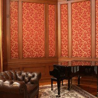Idee per un soggiorno chic di medie dimensioni e chiuso con sala della musica, pareti marroni, pavimento in legno massello medio, nessun camino e nessuna TV