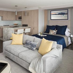 Aménagement d'une petite salle de séjour contemporaine ouverte avec un mur beige, un sol en bois foncé et un sol beige.