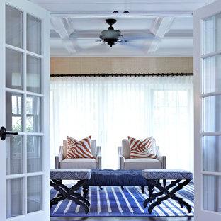 Foto di un soggiorno classico di medie dimensioni e aperto con sala giochi, pareti beige, parquet scuro, nessun camino e TV autoportante
