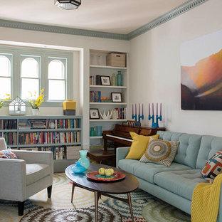 ボストンの中サイズのミッドセンチュリースタイルのおしゃれなファミリールーム (白い壁、埋込式メディアウォール、カーペット敷き) の写真