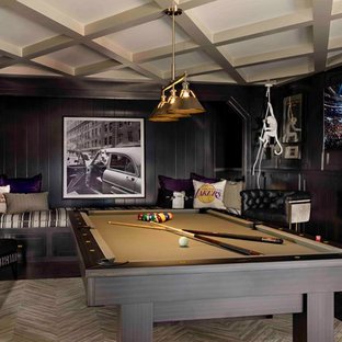 Aménagement d'une salle de séjour classique avec salle de jeu, un mur noir, un sol en bois foncé, un téléviseur fixé au mur et un sol marron.