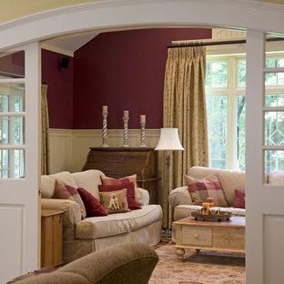 Abgetrenntes Klassisches Wohnzimmer mit roter Wandfarbe in Boston