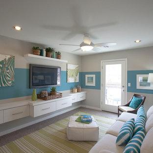 Idee per un soggiorno bohémian di medie dimensioni e chiuso con sala giochi, moquette, TV a parete e pareti multicolore