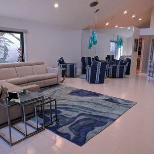 Foto di un soggiorno minimal di medie dimensioni e aperto con pareti bianche, pavimento con piastrelle in ceramica, nessun camino e pavimento bianco