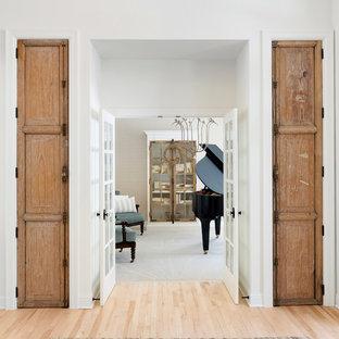 Diseño de sala de estar con rincón musical cerrada, de estilo de casa de campo, de tamaño medio, con paredes blancas, suelo de madera clara y suelo beige