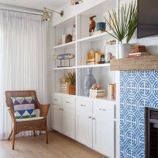 ジャクソンビルの中サイズのビーチスタイルのおしゃれな独立型ファミリールーム (白い壁、標準型暖炉、タイルの暖炉まわり、淡色無垢フローリング、壁掛け型テレビ) の写真