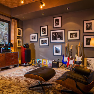 Ispirazione per un soggiorno rustico chiuso con sala della musica, pareti grigie e moquette