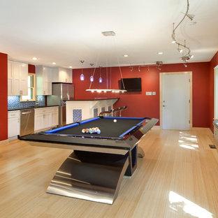 リトルロックのコンテンポラリースタイルのおしゃれなファミリールーム (ゲームルーム、赤い壁) の写真