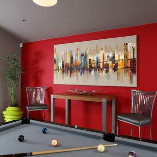 Idee per un soggiorno contemporaneo di medie dimensioni e chiuso con sala giochi, pareti rosse, pavimento in marmo, camino classico, cornice del camino in pietra e nessuna TV