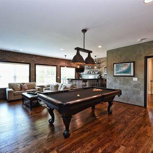 他の地域の広いインダストリアルスタイルのおしゃれな独立型ファミリールーム (ゲームルーム、マルチカラーの壁、濃色無垢フローリング、暖炉なし、壁掛け型テレビ、茶色い床) の写真