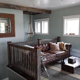 ジャクソンビルの小さいビーチスタイルのおしゃれなファミリールーム (青い壁、濃色無垢フローリング、壁掛け型テレビ、暖炉なし、黒い床) の写真