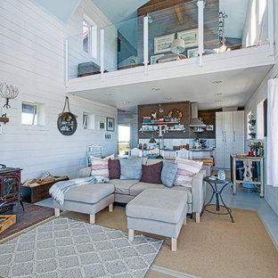 Modelo de sala de estar con rincón musical tipo loft, contemporánea, de tamaño medio, con paredes blancas, suelo de madera pintada, estufa de leña, marco de chimenea de madera y suelo azul