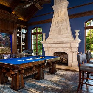マイアミの大きいトラディショナルスタイルのおしゃれな独立型ファミリールーム (ゲームルーム、青い壁、濃色無垢フローリング、標準型暖炉、石材の暖炉まわり、テレビなし、茶色い床) の写真