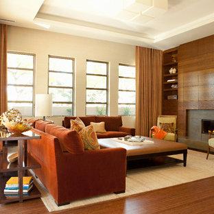 オレンジカウンティのコンテンポラリースタイルのおしゃれなファミリールーム (ベージュの壁、無垢フローリング、横長型暖炉、コンクリートの暖炉まわり) の写真