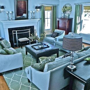 Aménagement d'une salle de séjour classique avec un mur bleu.