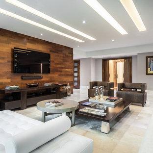 マイアミの大きいコンテンポラリースタイルのおしゃれなオープンリビング (暖炉なし、壁掛け型テレビ、白い壁、リノリウムの床) の写真