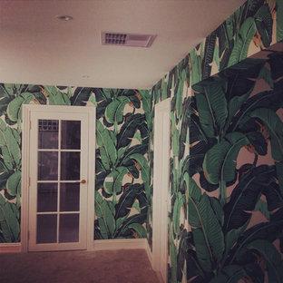 Diseño de sala de estar tropical grande
