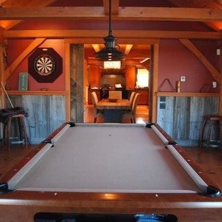 Ispirazione per un soggiorno classico di medie dimensioni e chiuso con sala giochi, pareti rosse, pavimento in legno massello medio e nessun camino