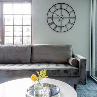 Ispirazione per un soggiorno industriale di medie dimensioni e chiuso con sala giochi, pareti multicolore, moquette, nessun camino, TV a parete e pavimento blu
