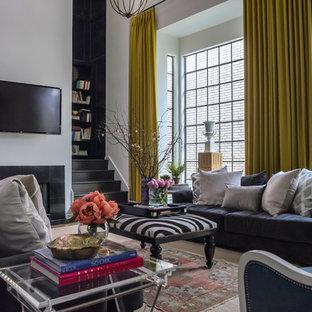 Diseño de sala de estar abierta, tradicional renovada, con paredes blancas, suelo de madera oscura, chimenea tradicional, marco de chimenea de baldosas y/o azulejos y televisor colgado en la pared