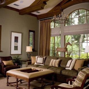 Ejemplo de sala de estar tradicional con paredes beige y moqueta