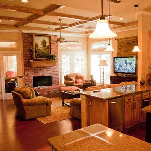ダラスのトラディショナルスタイルのおしゃれなオープンリビング (濃色無垢フローリング、標準型暖炉、レンガの暖炉まわり) の写真