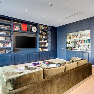マイアミの中サイズのトランジショナルスタイルのおしゃれなファミリールーム (青い壁、淡色無垢フローリング、ベージュの床、ホームバー、コーナー設置型暖炉、埋込式メディアウォール) の写真