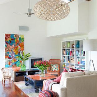 Cette image montre une salle de séjour design de taille moyenne et ouverte avec un mur blanc, un sol en bois brun, un téléviseur indépendant et un sol marron.