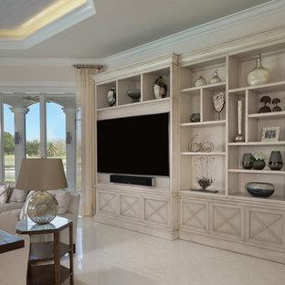 Großes, Offenes Mediterranes Wohnzimmer mit Hausbar, weißer Wandfarbe, Wand-TV, weißem Boden und Keramikboden in Miami