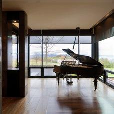 Rustic Family Room by Birdseye Design