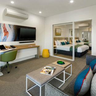 Esempio di un soggiorno minimalista di medie dimensioni e aperto con pareti bianche, moquette, nessun camino, TV a parete e pavimento marrone