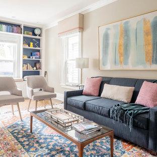 Diseño de sala de estar clásica renovada, pequeña, con suelo marrón, paredes beige y suelo de madera en tonos medios