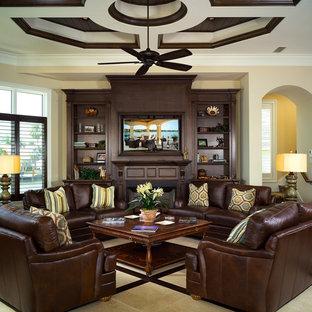 マイアミのトロピカルスタイルのおしゃれなファミリールーム (大理石の床、標準型暖炉、木材の暖炉まわり、埋込式メディアウォール) の写真