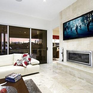 Ispirazione per un grande soggiorno minimal aperto con pareti bianche, pavimento in travertino, camino sospeso, cornice del camino piastrellata, TV a parete e pavimento beige