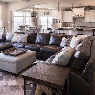 ミルウォーキーの大きいトランジショナルスタイルのおしゃれなファミリールーム (グレーの壁、濃色無垢フローリング、コーナー設置型暖炉、レンガの暖炉まわり、据え置き型テレビ、茶色い床) の写真