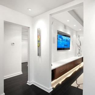 ヒューストンの中くらいのミッドセンチュリースタイルのおしゃれなオープンリビング (白い壁、濃色無垢フローリング、暖炉なし、壁掛け型テレビ、茶色い床) の写真