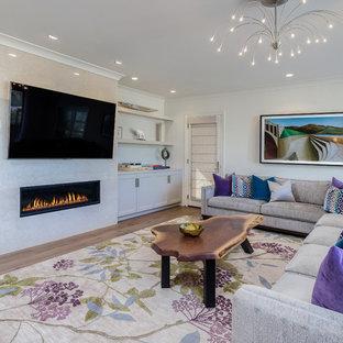Inspiration pour une salle de séjour méditerranéenne avec un mur blanc, un sol en bois clair, une cheminée ribbon et un téléviseur fixé au mur.