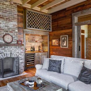 Idee per un soggiorno country chiuso con angolo bar, pavimento in legno massello medio, camino classico e cornice del camino in mattoni