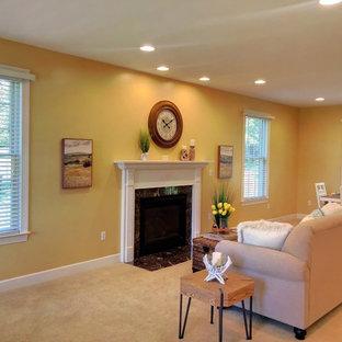 Immagine di un soggiorno bohémian di medie dimensioni e aperto con pareti gialle, camino classico, cornice del camino in legno e pavimento bianco